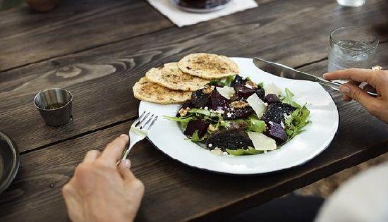 Una alimentación consciente te enseñará a comer con calma y en las raciones adecuadas.