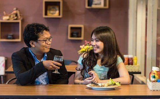 Comer de manera pausada y tranquila es una de las ventajas de tener una alimentación consciente como estilo de vida.
